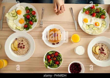 Paar leckeres Frühstück auf dem Küchentisch - Stockfoto