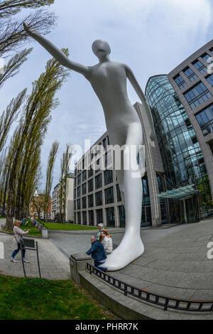 Walkin Mann, Muenchener Rueckversicherung, Leopoldstraße, München, Bayern, Deutschland - Stockfoto