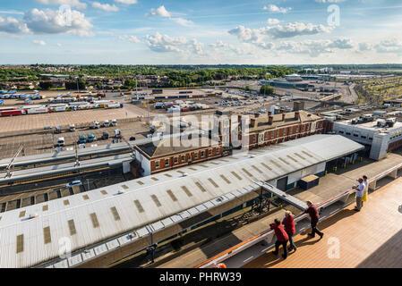 Harwich, ENGLAND - 23. Mai 2017: Cruise Terminal in Harwich, Essex, England, Vereinigtes Königreich. Die Passagiere an Bord des Kreuzfahrtschiffs Costa Favolosa anzeigen - Stockfoto