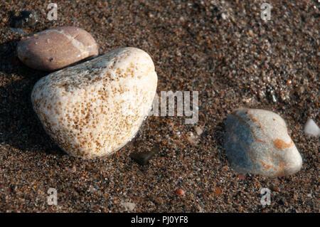Eine Gruppe von Pebbles am Meer die Interaktion mit der Tide. - Stockfoto