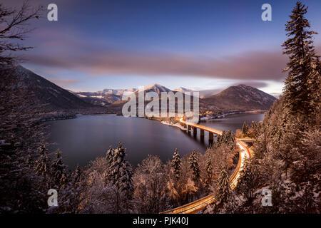 Nacht geschossen auf die winterlichen Sylvensteinsee im Karwendel - Stockfoto
