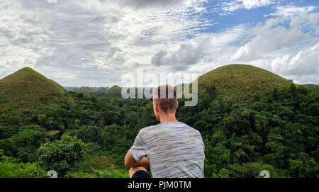 Junge Mann sieht die Chocolate Hills auf Bohol, Philippinen - Stockfoto