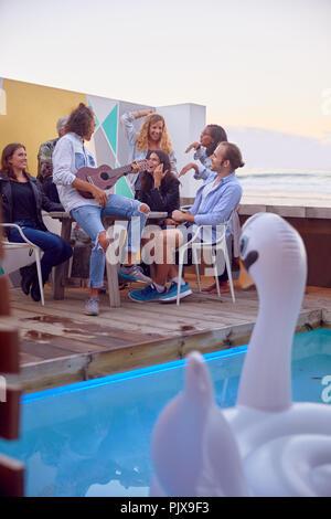 Freunde bei Party am Strand, Plettenberg Bay, Western Cape, Südafrika - Stockfoto