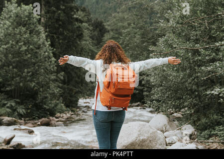 Glückliche Frau mit Rucksack in der n. Travel Concept. - Stockfoto