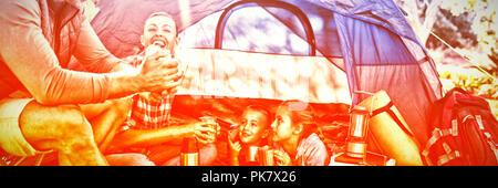 Familie interagieren, während in Snacks außerhalb der Hütte - Stockfoto