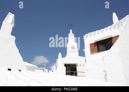 Spanien. Balearen. Menorca. Binebeca. Binebequer-Vell. Weiß getünchten Kirche und Häuser. - Stockfoto