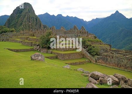 Beeindruckende alte Strukturen innerhalb der Inkas Machu Picchu Ausgrabungsstätte, Weltkulturerbe der Unesco in der Region Cusco in Peru - Stockfoto