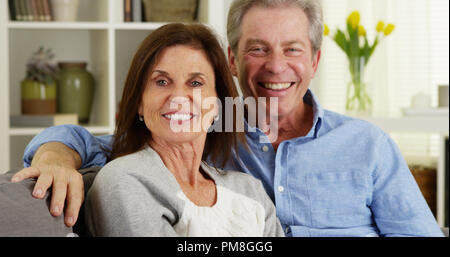 Senior Paar lachen und sprechen mit Kamera - Stockfoto