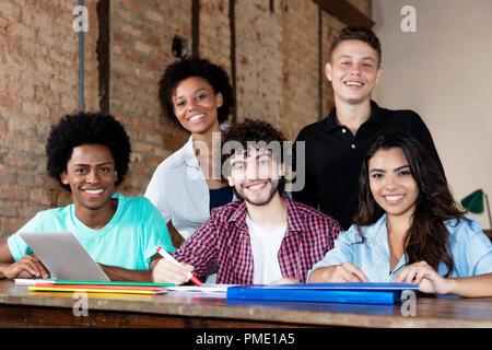 Porträt einer Creative Business Team in einer trendigen Business Loft - Stockfoto