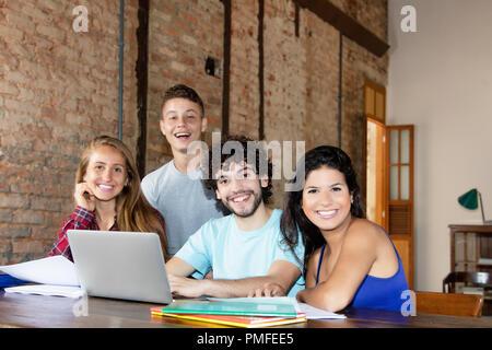 Porträt der Gruppe von jungen kaukasischen Studenten innen am angesagten Büro - Stockfoto
