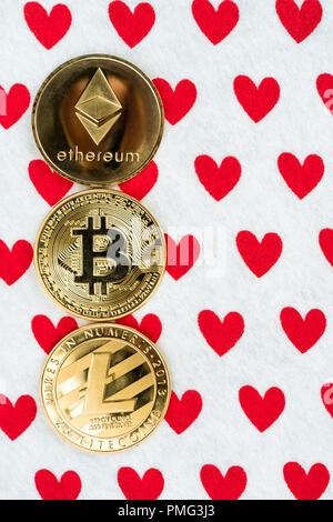 Gold physischen Bitcoin, Litecoin und des Astraleums Münzen auf rotes Herz Hintergrund. Crypto Währung Markt Liebe abstraktes Konzept. Kopieren Sie Platz auf der rechten Seite. Fla - Stockfoto