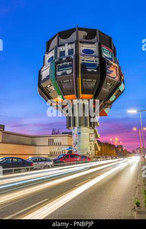 Der Bierpinsel in Berlin bei Sonnenuntergang mit vorbeifahrende Autos - Stockfoto