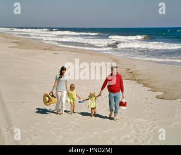 1960er 1970er Familie WANDERN ZUSAMMEN HAND AM STRAND VON OCEAN SHORE WASSER OUTDOOR Mutter Vater Sohn Tochter-KC7578PHT 001 HARS ALLEIN FRAU SPASS IM FREIEN GEHEN ZUSAMMEN MANN SAND 3 VIER STRESS NOSTALGISCHE PAAR ROMANTIK 4 SCHÖNHEIT FARBE BEZIEHUNG MÜTTER WANDERN ALTE ZEIT BESETZT NOSTALGIE BRUDER OLD FASHION SCHWESTER 1 SKYLINE JUGENDLICHE BALANCE TEAMARBEIT SÖHNE FAMILIEN FREUDE LIFESTYLE MEER PARENTING FRAUEN VERHEIRATETE BRÜDER VERHÄLTNIS LÄNDLICHER GATTEN EHEMÄNNER GROWNUP KOPIE RAUM VOLLER LÄNGE KÖRPERLICHE FITNESS TÖCHTER PERSONEN ERWACHSEN FÜRSORGLICHE MÄNNER GESCHWISTER SCHWESTERN WANDERUNG VÄTER MÄNNER UND FRAUEN VÄTERLICHE - Stockfoto