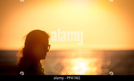 Schöne Mädchen am Strand bei Sonnenuntergang - Stockfoto