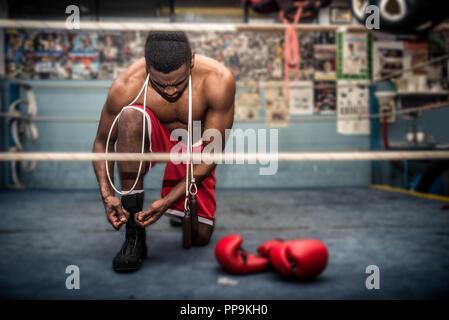 Boxer in der Turnhalle kämpfen - Stockfoto