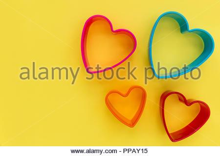 08/15 Liebe Herz Form auf gelbem Hintergrund - Stockfoto