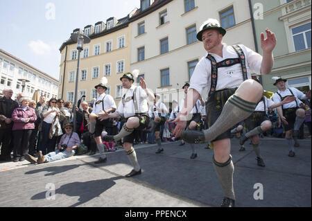 Die Leistung des schwulen Schuhplattler 'chwuhplattler' am Maibaum Festival am Hans-Mielich Platz in Untergiesing. - Stockfoto