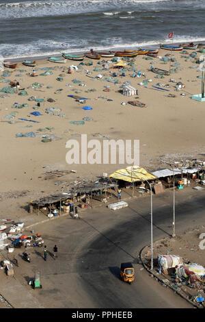 Hohe Betrachtungswinkel von Fischen Boote und Fischernetze auf vorland Immobilien Strand, Chennai, Indien - Stockfoto