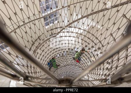 Die Meilen, die Treppen, ein elegantes, zeitgenössisches Stahlgewebe Wendeltreppe mit transparenten Balustrade von Eva Jiricna Architekten, Somerset House, London, Großbritannien - Stockfoto