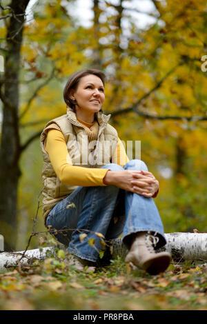 Porträt der jungen Frau im Herbst Wald - Stockfoto