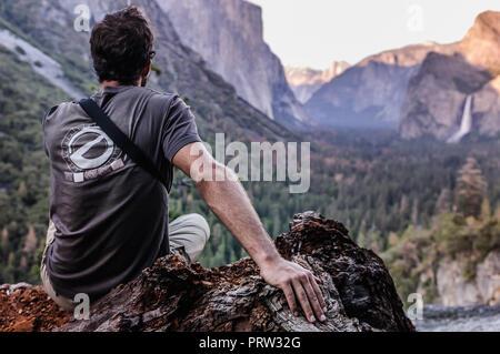 Kletterer mit Blick auf Berge, Yosemite National Park, Kalifornien, USA - Stockfoto