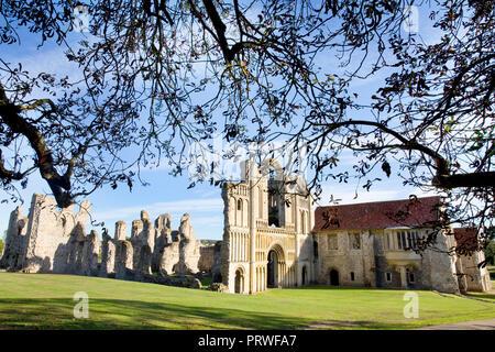 Die Überreste der West Front und vor der Unterkünfte am Castle Acre Priory, Norfolk, Großbritannien. - Stockfoto