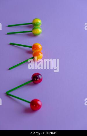 Bunte, Pastell, süße Lutscher auf lila Hintergrund - Stockfoto