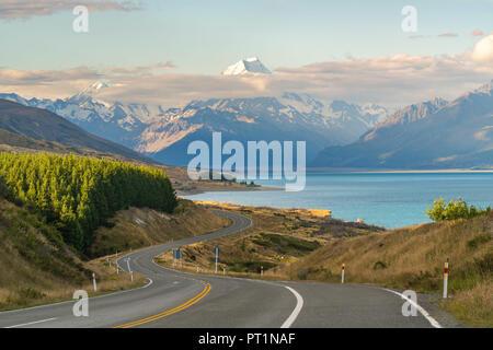 Straße neben Lake Pukaki mit Blick in Richtung Mt. Cook, Ben Ohau, Mackenzie Bezirk, Region Canterbury, Südinsel, Neuseeland, - Stockfoto