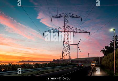Ringaskiddy, Cork, Irland. 17. Dezember 2016. Strommasten Silhouette gegen einen Dämmerung Himmel in Ringaskiddy, Co Cork, Irland. - Stockfoto