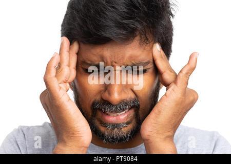 Nahaufnahme der indischen männliche Person Tempel berühren mit beiden Händen wie Migräne Konzept auf weißem Hintergrund - Stockfoto