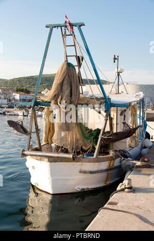 Tribunj, Kroatien - 24. August 2018: Fischtrawler Boot mit Ausrüstung für traditionelle Techniken der kommerziellen Fischerei in der Adria, am Pier - Stockfoto