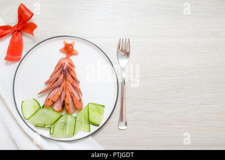 Lustige genießbare Weihnachtsbaum von Fried gegrillte Würstchen gemacht, Frühstück Idee für Kinder. Neues Jahr essen Hintergrund Draufsicht leeren Platz für Text. - Stockfoto