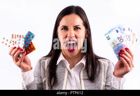 Verschiedene bunte Pillen und Kapseln in Blasen in den Händen von schreienden jungen Frau. Suchen directrly in der Kamera. Studio Schuß auf ein Wh isoliert - Stockfoto