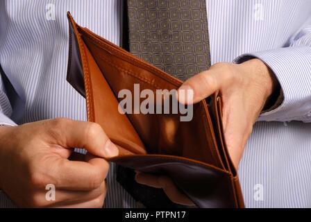 Mann mit einer leeren Brieftasche, kein Geld Konzept - Stockfoto