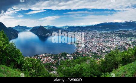 Lugano, Schweiz, 12. Mai 2018. Schöne Panoramasicht auf die Stadt Lugano, vom Monte Brè Berg. - Stockfoto
