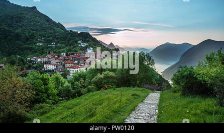Dorf Brè. Schweiz, 12. Mai 2018. Schöne Aussicht vom Monte Brè Berg Dorf in den frühen Morgen. - Stockfoto
