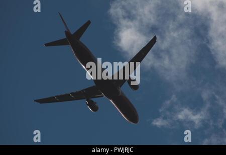 Silhouette eines Flugzeug gegen den blauen Himmel - Stockfoto