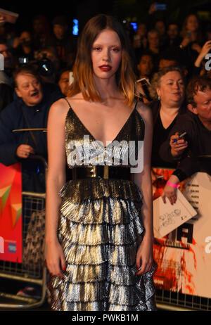 """Mia Goth gesehen für die Kamera während der BRITISCHEN Premiere & Schlagzeile Galavorstellung des uspiria"""" auf der 62. BFI London Film Festival posieren. - Stockfoto"""