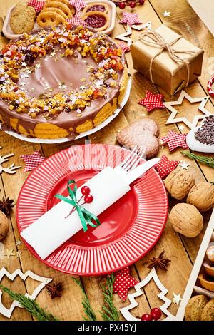 Alten Holztisch mit köstliche Weihnachten Kuchen Dekorationen und verschiedene Cookies - Stockfoto