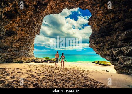 Silhouette paar Leute genießen, Hochzeitsreise Urlaub am tropischen Strand - Stockfoto