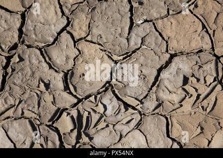 Rissige Erde, Rissige Erde. Textur von Grunge trocken geröstete Risse in der Erde. Global worming Wirkung. - Stockfoto