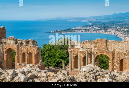 Ruinen der antiken griechischen Theater in Taormina mit der sizilianischen Küste. Provinz Messina, Sizilien, Süditalien. - Stockfoto