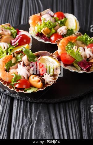 Restaurant Gourmet Meeresfrüchte Salat von Garnelen, Tintenfische, Muscheln, Tintenfisch und Muscheln Jakobsmuscheln in close-up auf dem Tisch. Vertikale - Stockfoto