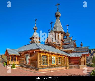 Christlichen Tempel des Heiligen Märtyrer Johannes der Krieger in Novokuznetsk, Russland. Vintage Technologien für den Bau in den Traditionen der hölzernen Archit - Stockfoto