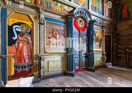 Swjaschsk, Russland - 11. Juni 2018: Fragment der orthodoxen Ikonostase im Inneren des alten Holz- Trinity Church auf der Swjaschsk Insel - Stockfoto