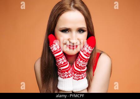 Schönes Modell mit hellen Stellen und tragen im Winter Fäustlinge posieren. - Stockfoto