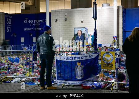 Leicester, Großbritannien. 29 Okt, 2018. Fans legen Blumen an der beleuchteten Leicester City Football Ground, nachdem der Besitzer in seinem Hubschrauber getötet wurde. Credit: Robin Palmer/Alamy leben Nachrichten - Stockfoto