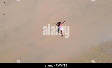 Top Luftaufnahme einer Frau liegen auf einem tropischen Strand sand - Stockfoto