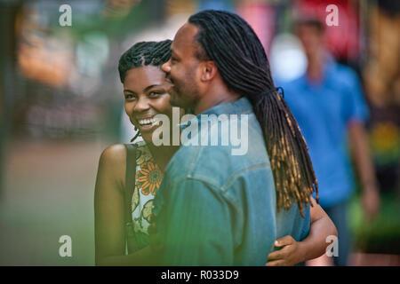 Junge Frau lächelt glücklich, als sie sich auf ein Date mit ihrem Freund. - Stockfoto