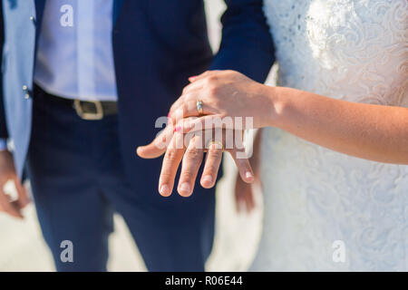 Perfekte Hochzeit am Strand, Jungvermählten Paare, Flitterwöchner. Sonnenuntergang und liebe Stimmung. Die Braut und der Bräutigam unter Torbogen am Strand. Romantischer Sonnenuntergang, Dämmerung - Stockfoto
